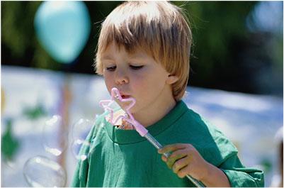 ילד מפריח בועות